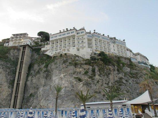 Lloyd's Baia Hotel: L'hotel visto dalla spiaggia. A sinistra l'ascensore che scende verso il mare