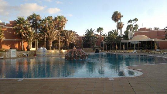 Aparthotel Brisamar: la piscina vista dall'appartamento