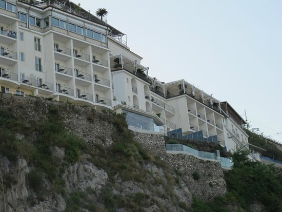 Lloyd's Baia Hotel : L'hotel sulla roccia