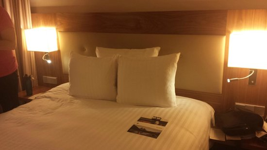 Movenpick Hotel & Casino Geneva: The  bed advertised as a King was the size of my Queen at home