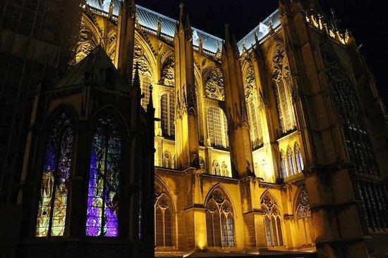 Cathédrale Saint-Étienne : les vitraux de Villon la nuit depuis la pl. d'Armes