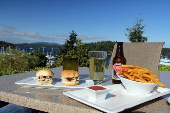 Friday Harbor House Restaurant: Happy Hour chicken sliders and truffle fries