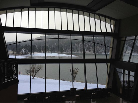 Inn of the Mountain Gods Resort & Casino: Looking out large lobby windows at snow and lake