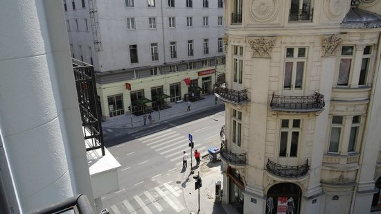 Hotel Cismigiu: Balcony view left (south, looking at Queen Elizabeth St)