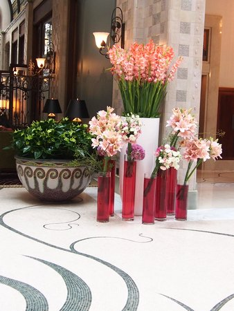 Four Seasons Hotel Gresham Palace: Flowers in the lobby area