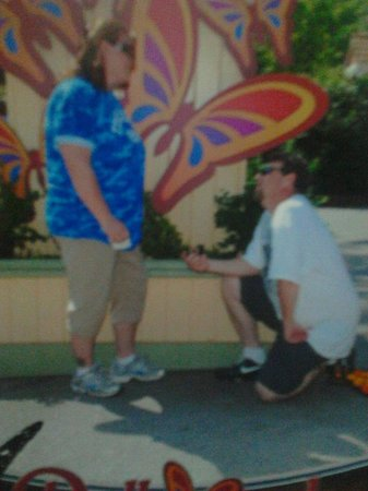 Husband proposing with the help of the Staff of Dollywood