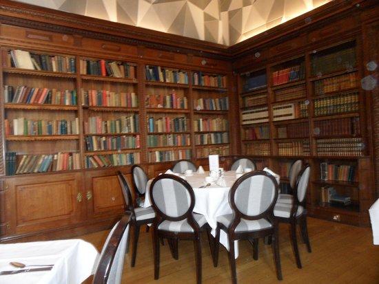 Eynsham Hall Hotel : Libary