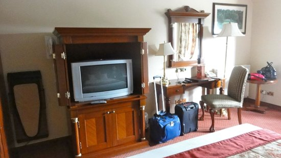 Racket Hall Country House Hotel: TV in bedroom