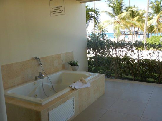 Secrets Royal Beach Punta Cana: our patio had a jucuzzi tub out side