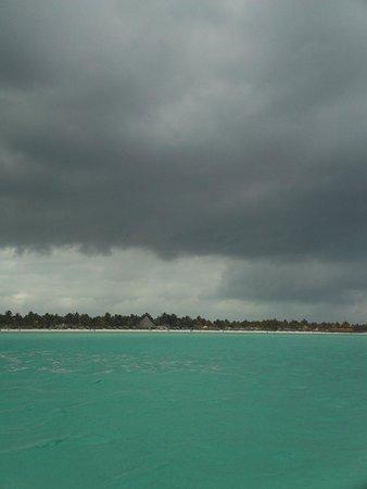 Sol Cayo Guillermo: Playa y tormenta
