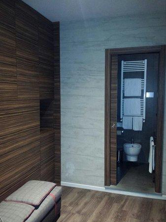 Unicorno : View into the bathroom and the decor.