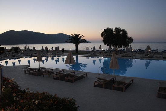 Pilot Beach Resort: Piscina sul mare