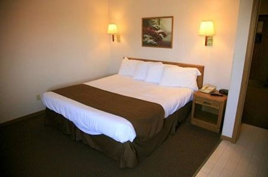 New Victorian Inn & Suites Norfolk: King Room