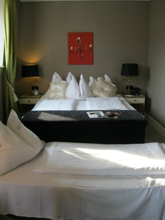 Hotel Beethoven Wien: View of the large bed and tv hiding ottoman.