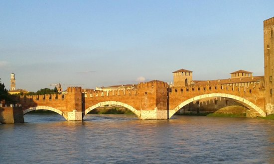 B&B Sanzenetto: Castelvecchio bridge & river around the corner from Sanznetto