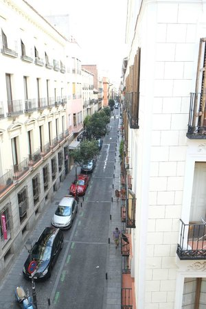 Madrid SmartRentals Chueca: Morning view from third floor apartment (full of people from the afternoon)