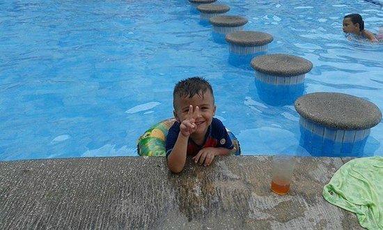 Vamar Vallarta All Inclusive Marina and Beach Resort: Feliz en la alberca