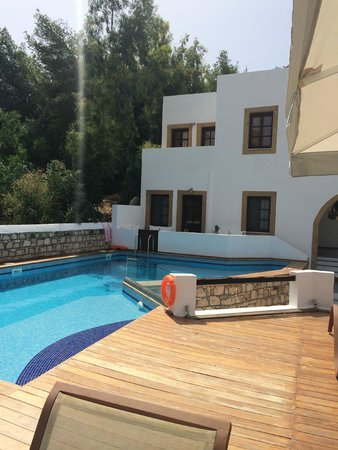 Petra Hotel & Suites : Poolside with view of 2 different room suites above pool