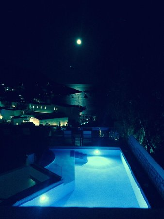 Petra Hotel & Suites : View from dining area as the moon rose