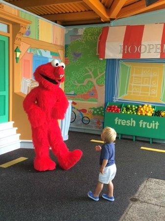 Sesame Place : Meeting Elmo at 1-2-3 Smile With Me