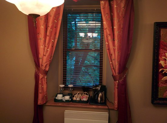 Chateau St-Marc : Window/coffee maker