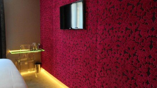 Angely Hotel: Velvet textured wallpaper
