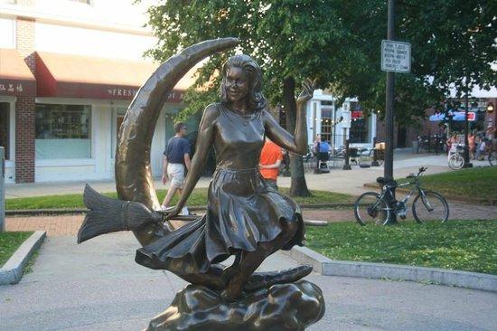 Bewitched Statue of Elizabeth Montgomery: Statue