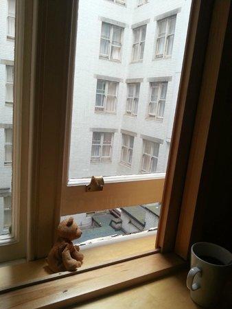 Strand Palace Hotel: На окнах по правилам  отеля стоят заглушки. Они не открываются выше чем на 10см. Не забудьте, чт