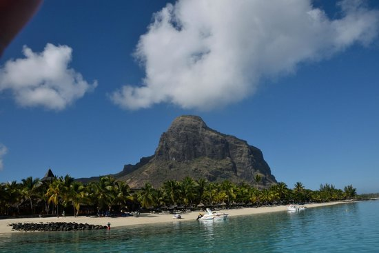 Paradis Beachcomber Golf Resort & Spa: Le Morne behind the hotel