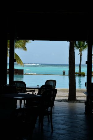 Beachcomber Paradis Hotel & Golf Club: The pool and see from the Restaurant