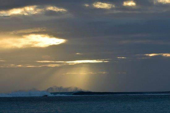 Paradis Beachcomber Golf Resort & Spa: Sunset with high tide