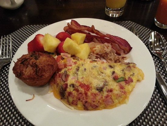 Carolina Cafe: Made to order omelet with home made muffin fresh fruit and bacon