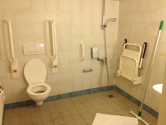 Campanile Delft: Bagno eccessivamente spartano...! (benchè pulito!)