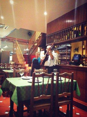 Bodega Julian : Julián y señora nos deleitan con sus bellas voces
