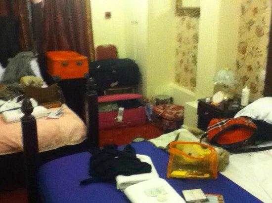 Tommy Miah's Raj Hotel : stanza tripla che ci hanno dato,come potete ben notare era una stanza invivibile per tre persone