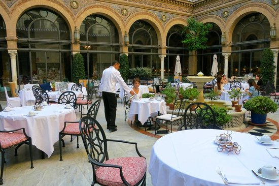 Hotel Alfonso XIII, A Luxury Collection Hotel, Seville : courtyard breakfast