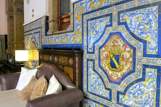 Hotel Alfonso XIII, A Luxury Collection Hotel, Seville : lobby sofa