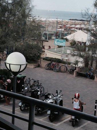 Hotel Nettuno: Vista del bagno 35 direttamente dall'Hotel