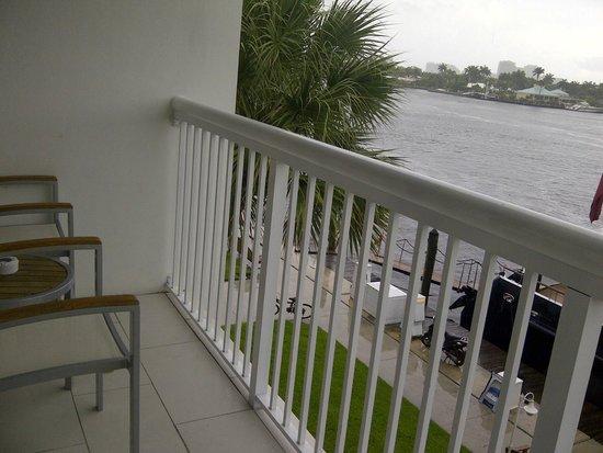 Hilton Fort Lauderdale Marina: Balcón con vista al canal