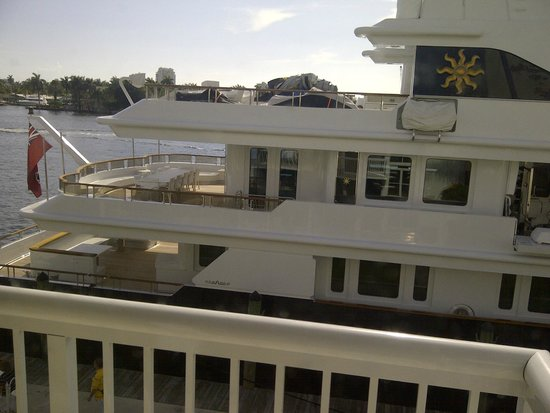 Hilton Fort Lauderdale Marina : Un barco amarrado al lado del hotel tapaba la vista al agua de la habitación. Cuidado!