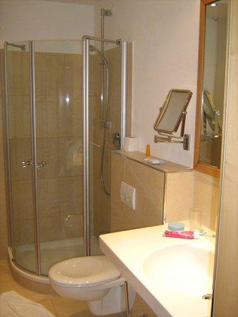 Hotel St. Ulrich: Impressive, modern bathroom