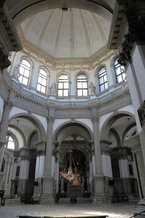 Basilica di Santa Maria della Salute: 聖堂内部