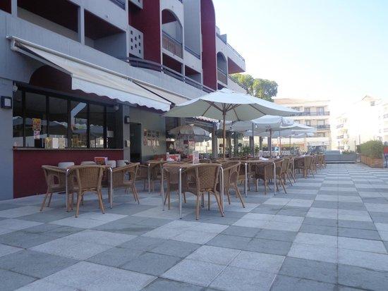 Muthu Oura Praia Hotel : pool dining area