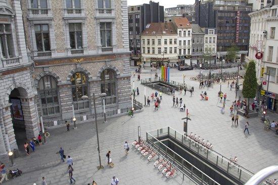 Hilton Antwerp Old Town: Plein aan hotel, centraal station