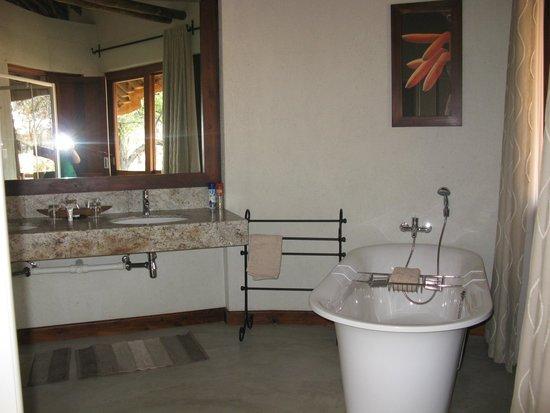 Ozongwindi Lodge : Blick ins Badezimmer