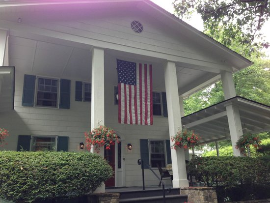Colonial Pines Inn Bed and Breakfast : Front view