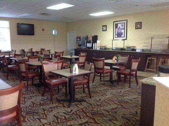 Quality Inn & Suites Near Fairgrounds Ybor City: Large breakfast area