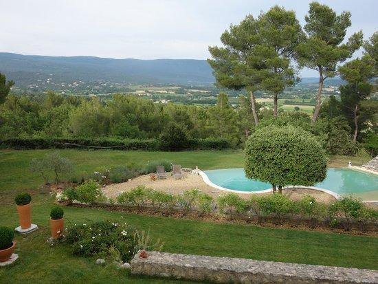 Au point de Lumière : Pool with view of the Lubéron Massif