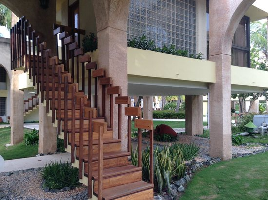Melia Las Americas: Stairs up to the larger stand-alone suites