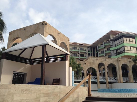 Melia Las Americas: Looking up at main building from beach entrance